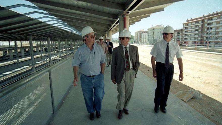 Herminio Trigo, en el centro, en una visita a las obras de la estación en los años noventa