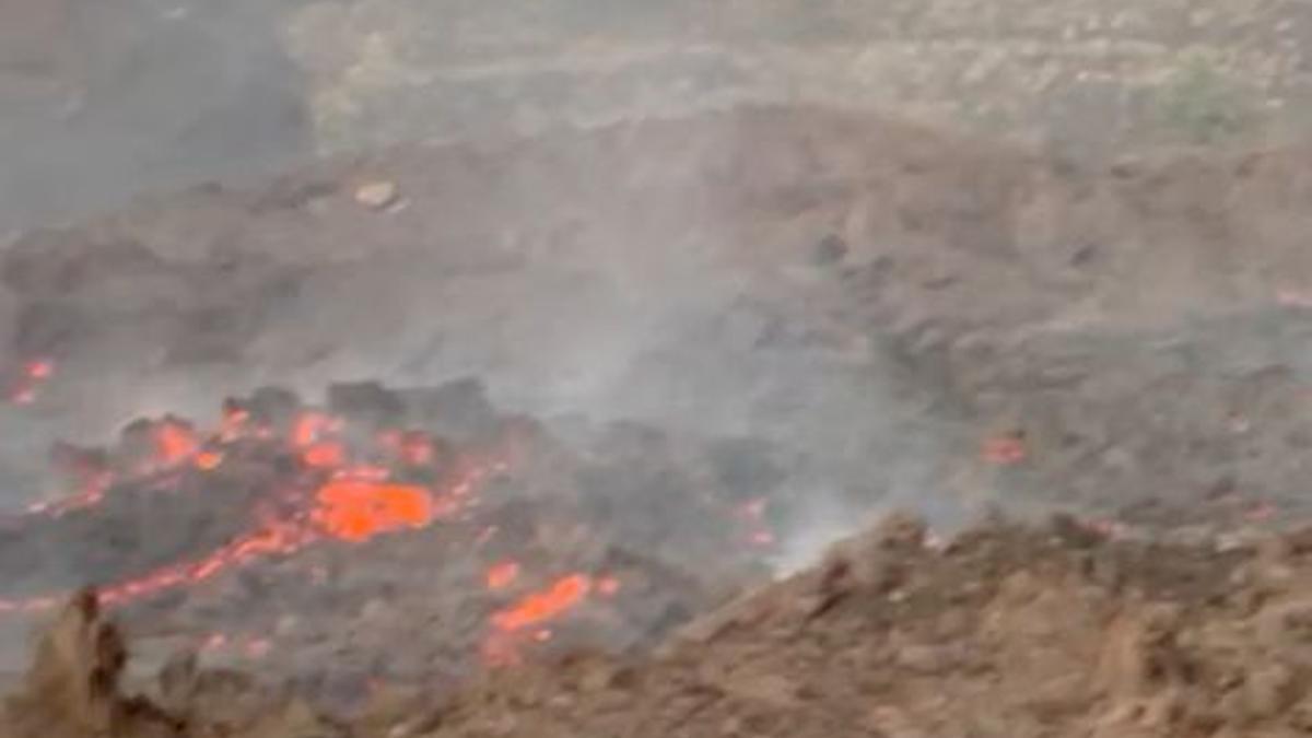 Lava discurriendo hacia el mar en La Palma