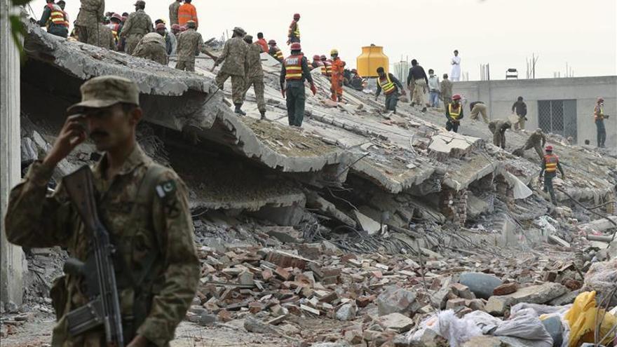 Los rescatadores aún buscan supervivientes tras el derrumbe en Pakistán