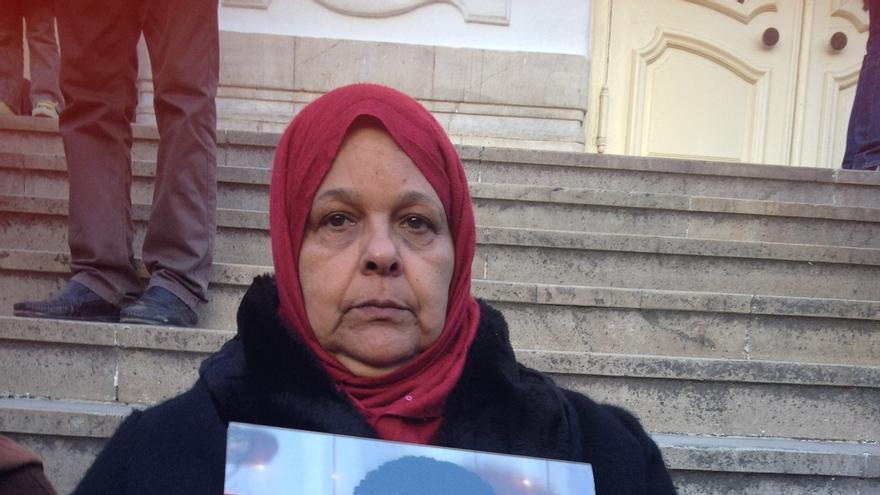 Latifa en las escaleras del Teatro Municipal de la Avenida Habib Bourguiba con el retrato de su hijo Sabih, desaparecido en el mar / Elena González