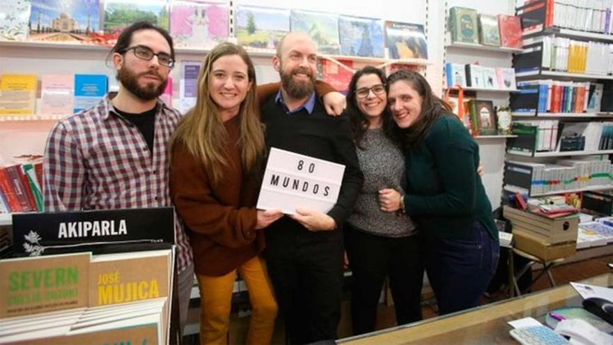 Libreros y libreras de la alicantina librería 80 mundos, responsables de la exitosa campaña 'No sin tus libreros'