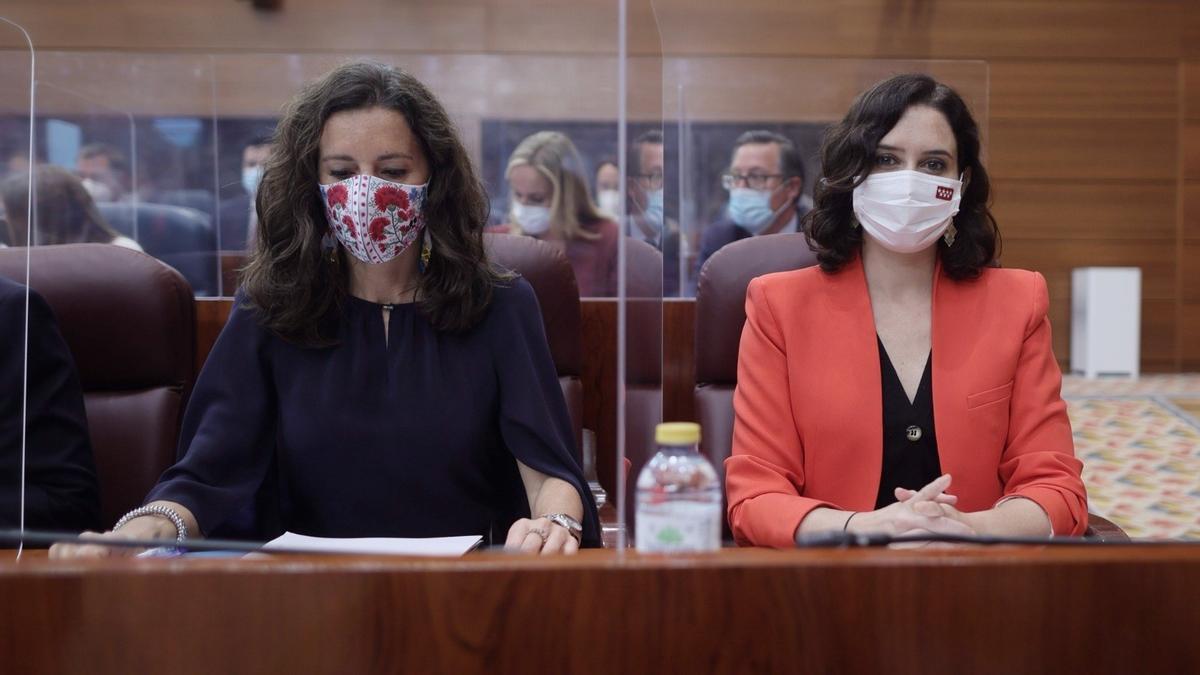 La presidenta de la Comunidad de Madrid, Isabel Díaz Ayuso, y la nueva presidenta de la Asamblea de Madrid, María Eugenia Carballedo.