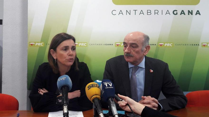 Rueda de prensa de Paula Fernández y José María Mazón en la sede el PRC.   CELIA ÁLVAREZ