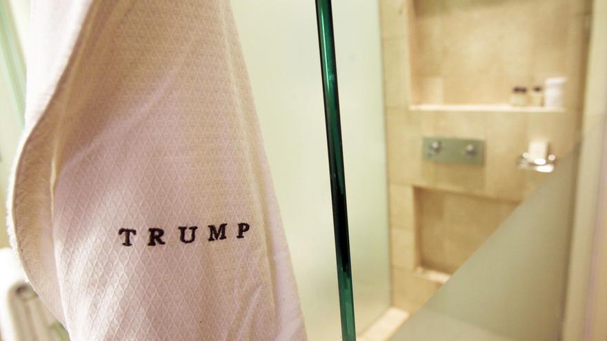 Un albornoz marca Trump en un hotel del magnate y presidente de Estados Unidos.