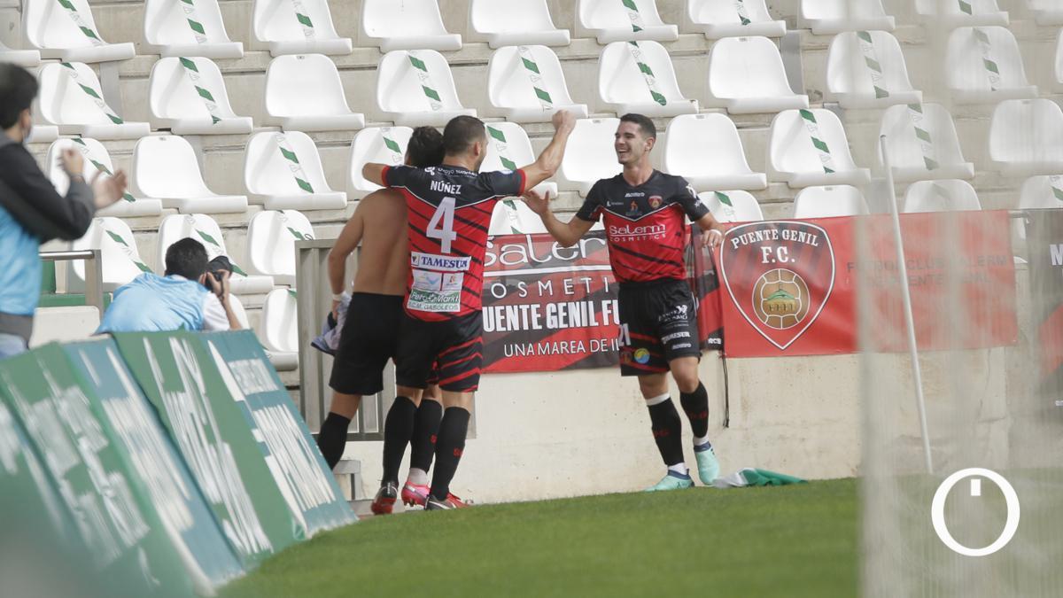 Celebración de un gol del Salerm Puente Genil.