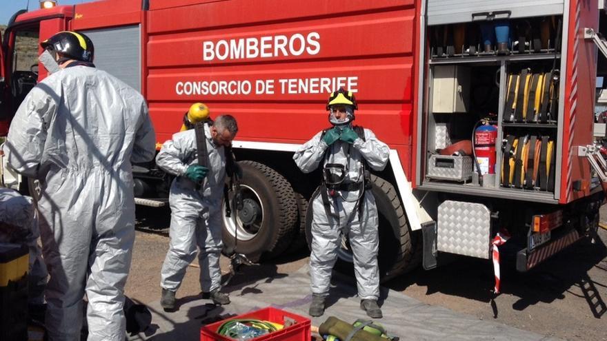 Bomberos del Consorcio de Tenerife durante un simulacro de emergencias en foto de archivo / Rosa Cárdenes
