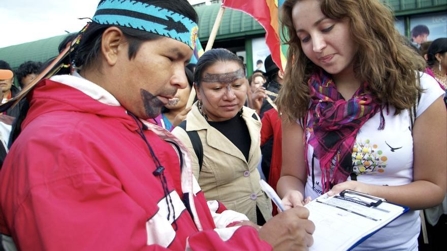 Recolección de firmas en Quito durante una marcha indígena en contra de la explotación petrolera./ YASunidos
