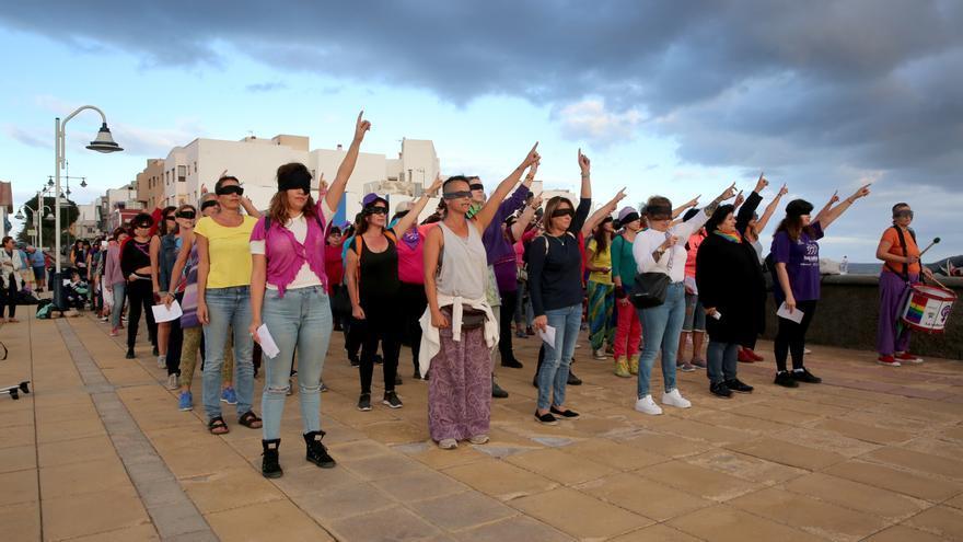 Un centenar de mujeres canta el himno chileno feminista 'Un violador en tu camino' en Gran Canaria.