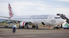 Un avión de la aerolínea Virgin Blue permanece estacionado en el aeropuerto internacional de Denpasar en Bali (Indonesia).