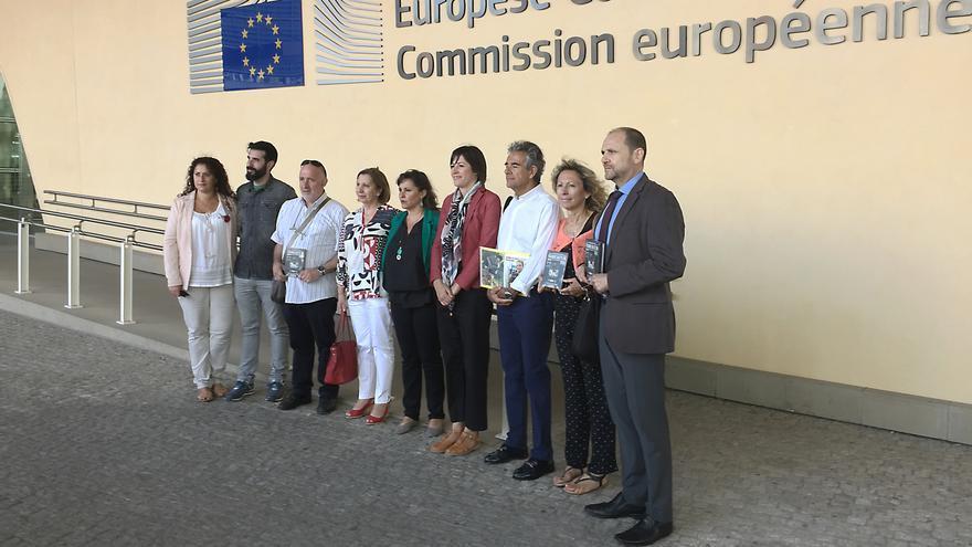 La delegación de las víctimas y las representantes del BNG, ante la sede de la Comisión en Bruselas