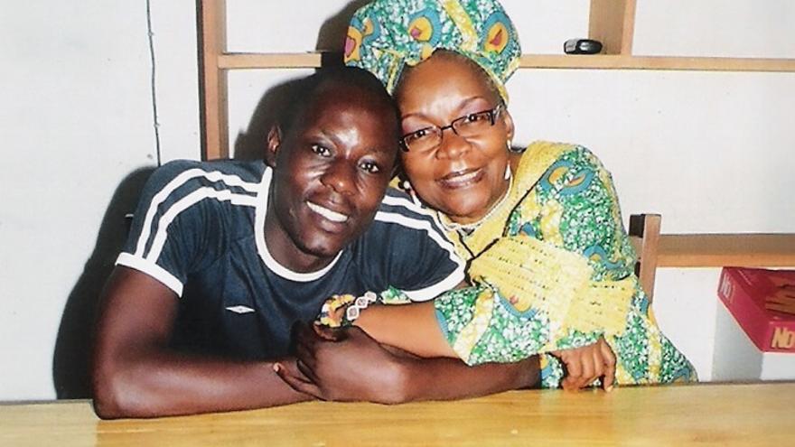 El joven camerunés Jean-Claude Roger Mbede junto a su abogada, Alice Nkom. © Particular/Amnistía Internacional