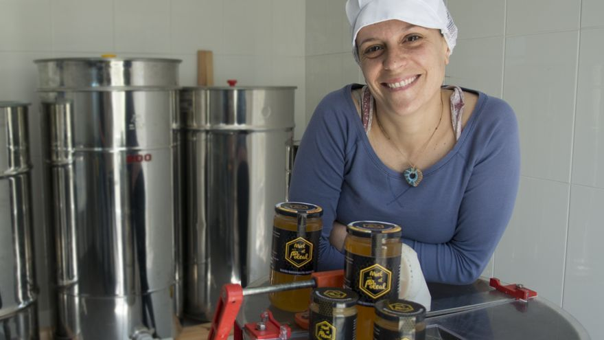 Vanessa Martín comercializa su miel con la marca 'El Poleal'. Foto: MÓNICA RODRÍGUEZ MEDINA.