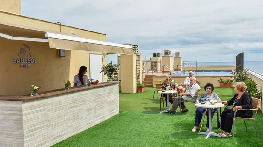 Terraza de la residencia Ballesol en la playa de la Patacona de València.