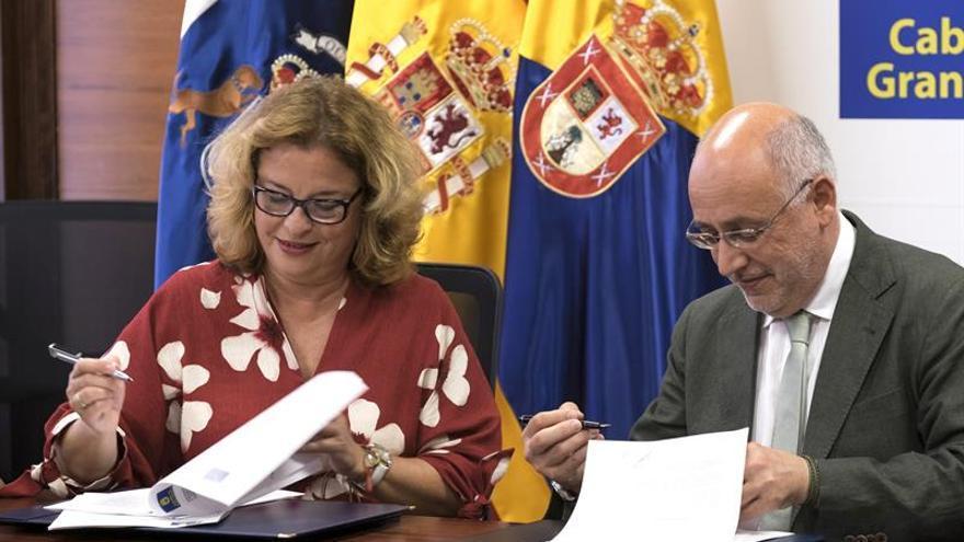 La hija de Alfredo Kraus, Rosa Kraus, y el presidente del Cabildo de Gran Canaria, Antonio Morales, en la firma del convenio marco de colaboración