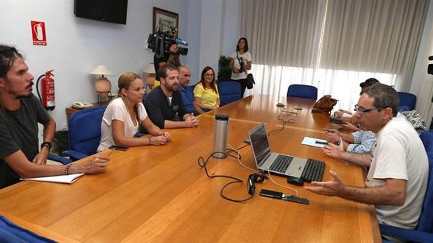 El presidente del comité de empresa del Instituto Tecnológico de Canarias (ITC), Pedro Ortegón (d), y los diputados de Podemos Noemí Santana (2i) Alberto Rodríguez (i), y Juan Márquez durante la reunión que mantuvieron en Las Palmas de Gran Canaria. EFE/Elvira Urquijo A.