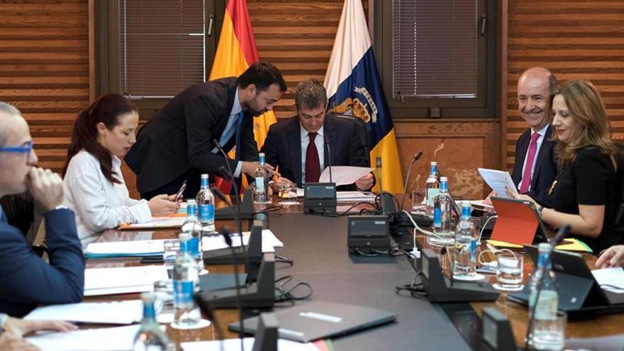El presidente del Ejecutivo regional, Fernando Clavijo y el consejero de Presidencia y Justicia, Aarón Afonso, tratan diversos asuntos antes del inicio de la reunión del Consejo de Gobierno, celebrado este lunes en la capital grancanaria. EFE/Ángel Medina G.