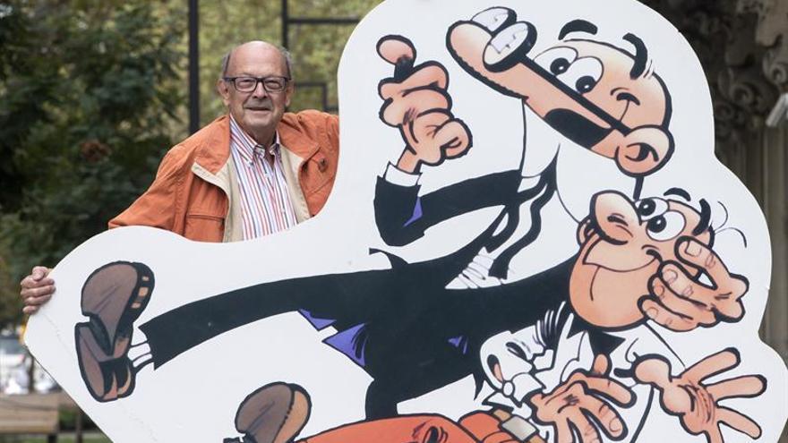 Ibáñez posa con sus personajes Mortadelo y Filemón