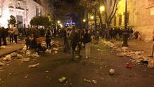 Suciedad entre la Lonja y la iglesia de los Santos Juanes tras una noche de verbena y botellón