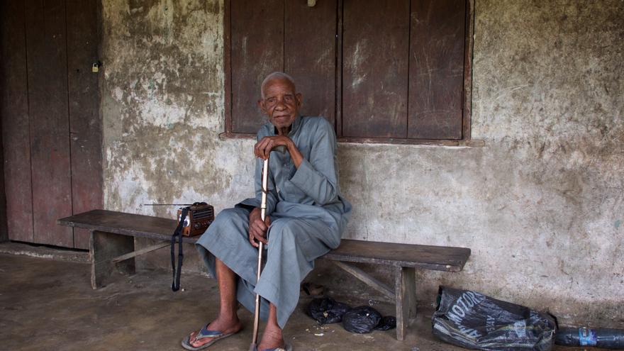 Emadee Roberts Kpai, de 83 años, es un agricultor perjudicado por la contaminación en la zona de K-dere, en Onoginland (Nigeria).   Fotografía: Michael Uwemedimo/cmapping.net.
