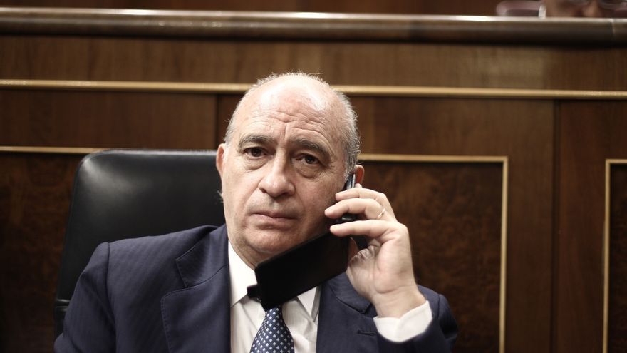 El PP sondea para colocar a Fernández Díaz en otra comisión pero el PSOE mantiene su veto