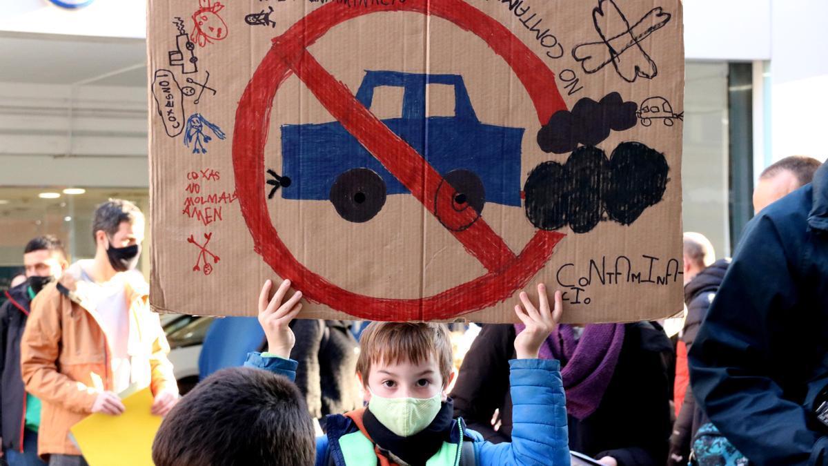 Un alumno del colegio Auró de Barcelona sostiene una pancarta durante una de las protestas en enero