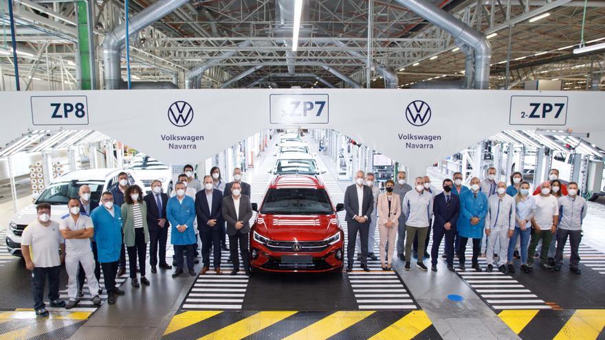 Markus Haupt, María Chivite, Alfredo Morales, los miembros del comité ejecutivo de VW Navarra y responsables de revisión final posan con el primer Volkswagen Taigo salido de las líneas de la fábrica