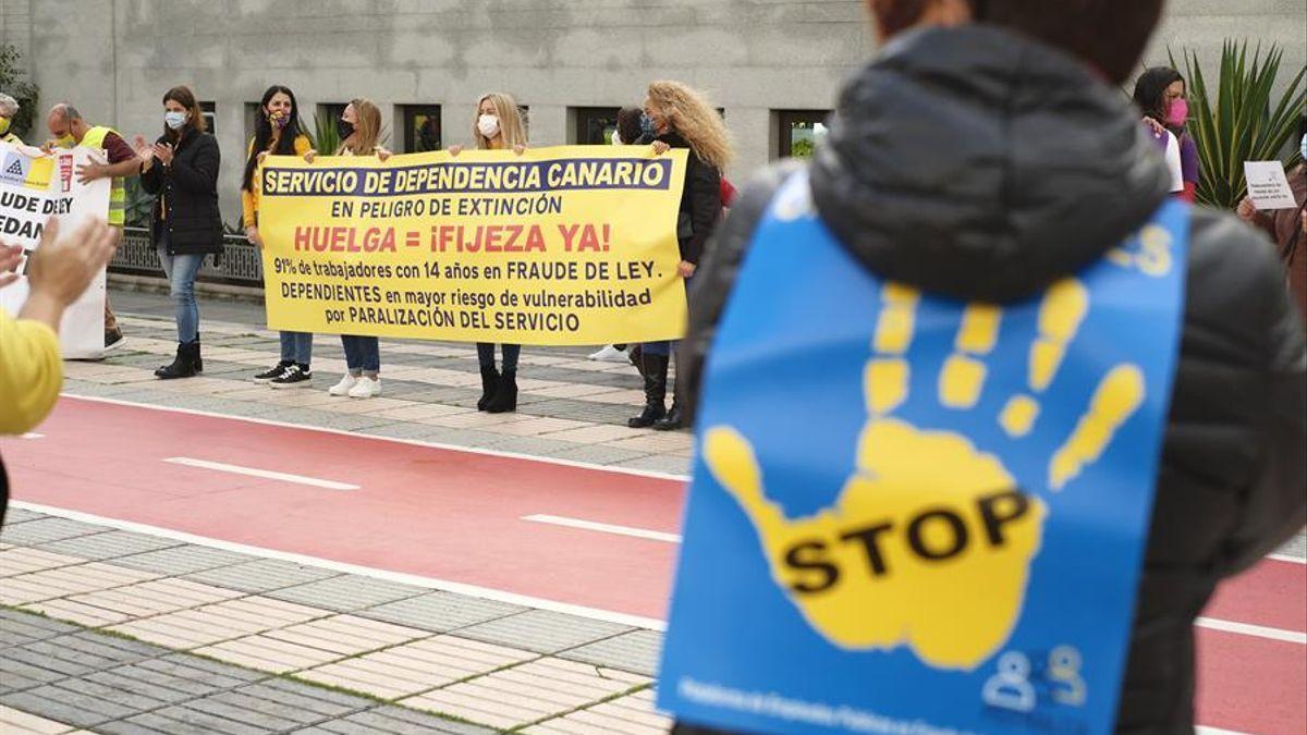 Protesta de trabajadores públicos temporales en Las Palmas de Gran Canaria. (EFE)