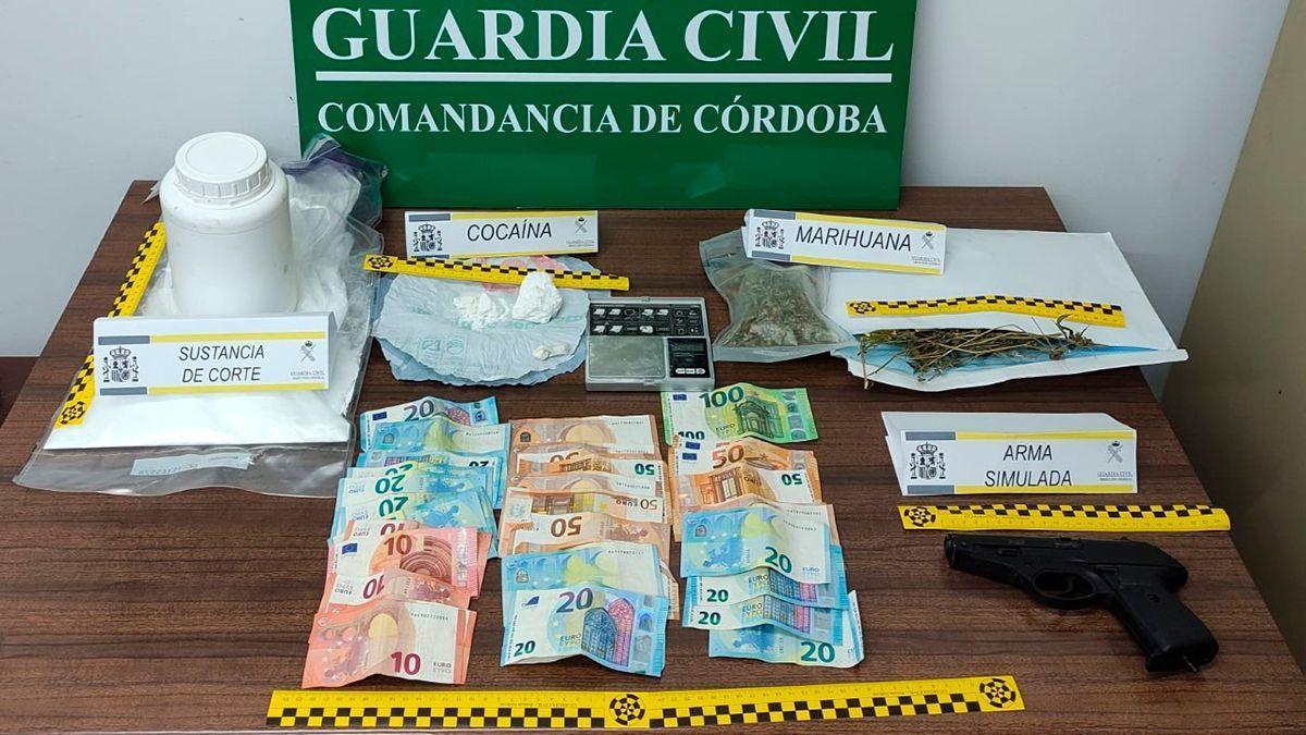 Arma, drogas y dinero incautados por la Guardia Civil en la operación 'Ganatum'.