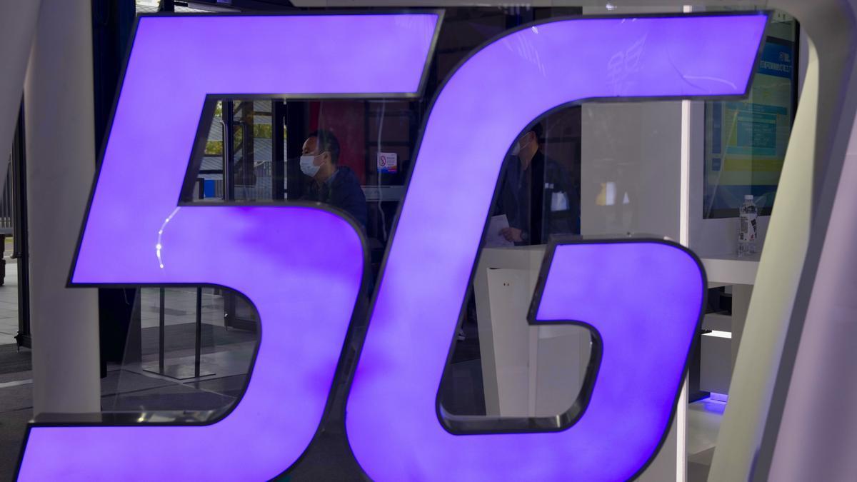 Un hombre es visto detrás del logotipo de 5G durante la Conferencia Mundial de Internet en China.EFE/EPA/ALEX PLAVEVSKI/Archivo