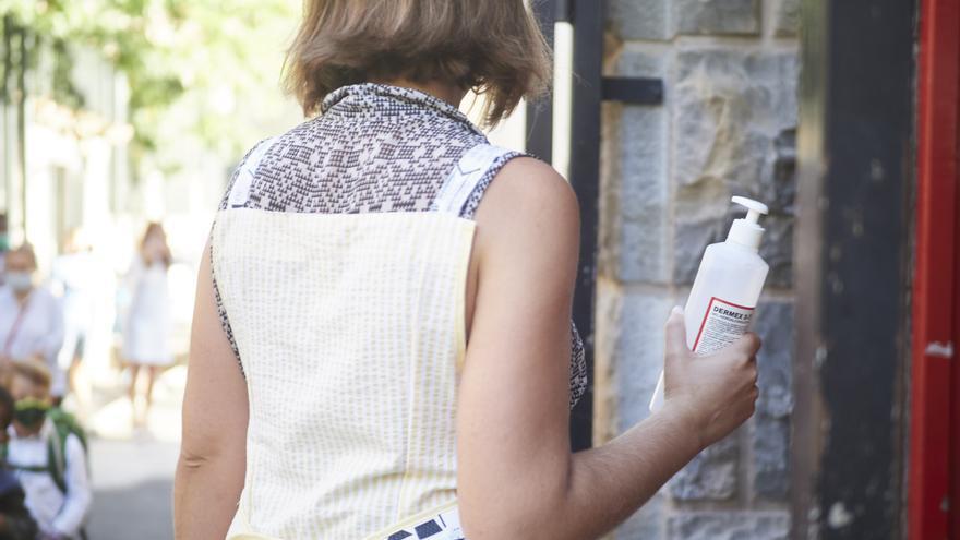 Una profesora con gel desinfectante en el Colegio Público Víctor Pradera en el primer día de colegio del curso escolar 2020-2021en Pamplona, Navarra (España), a 4 de septiembre de 2020. Desde que finalizase el pasado curso por la COVID-19, el departamento