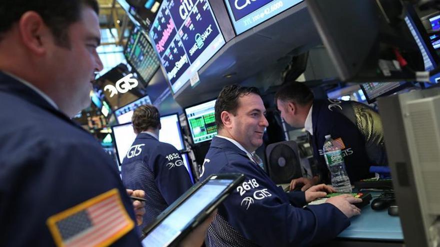 Wall Street al alza, con el Dow Jones y el S&P 500 en niveles récords