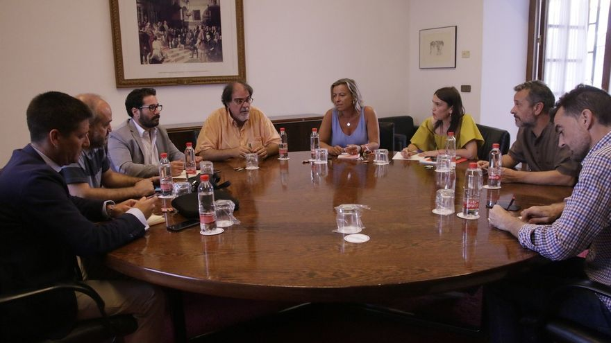 Los cinco partidos se reúnen en el Parlamento, a instancias de Podemos, para abordar la renovación de la RTVA