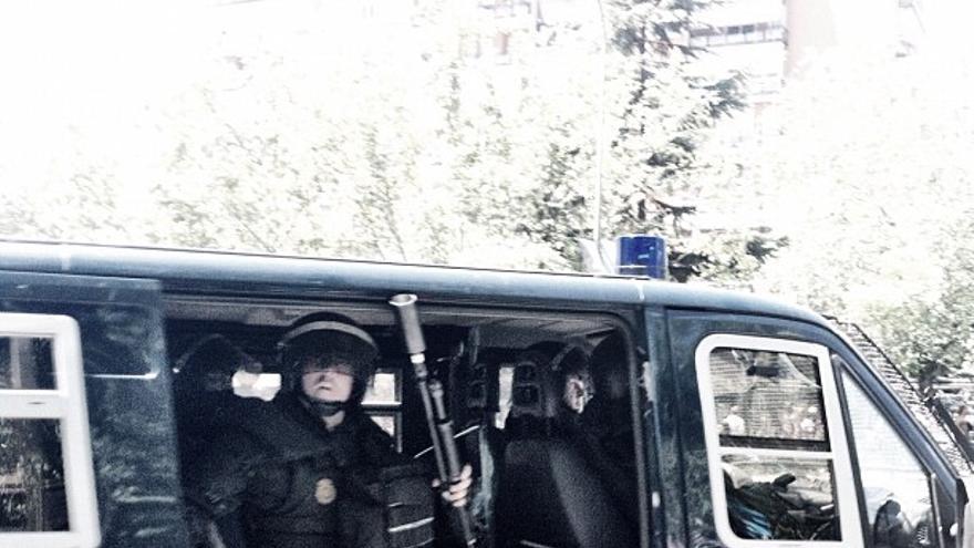 Antidisturbios con la escopeta de bolas de goma preparada para disparar durante la marcha minera en Madrid (Juan Luis Sánchez)