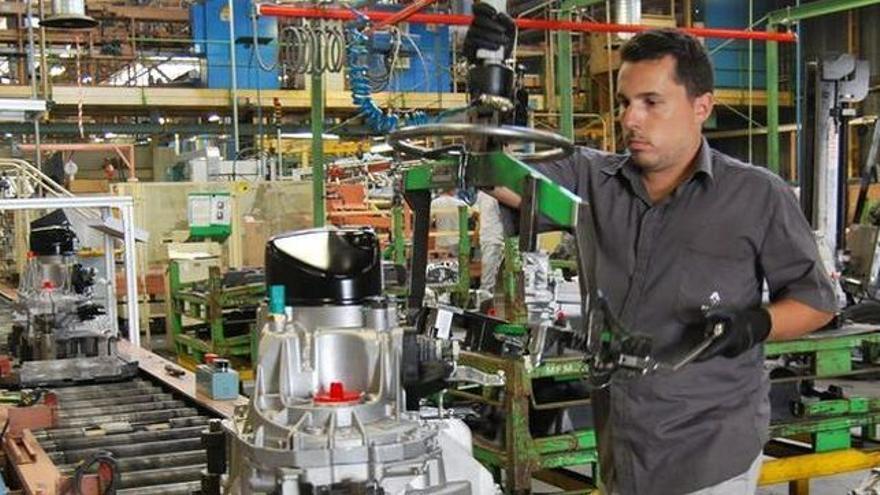 Trabajador de una industria radicada en las islas, en una imagen de archivo
