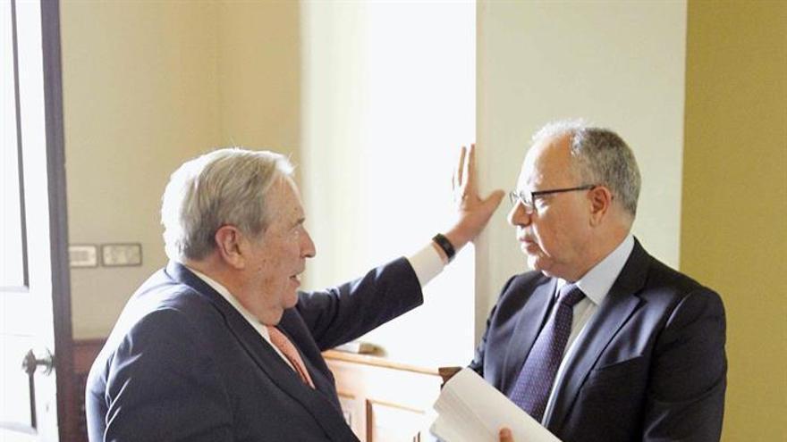 El diputado del grupo Mixto, Casimiro Curbelo (d), conversa con el Diputado del Común, Jerónimo Saavedra en los pasillos del Parlamento de Canarias.