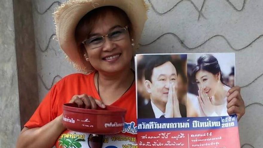 Theerawan Charoensuk, acusada de sedición porque el cuenco que sostiene en la foto tiene una inscripción de un exprimer ministro derrocado