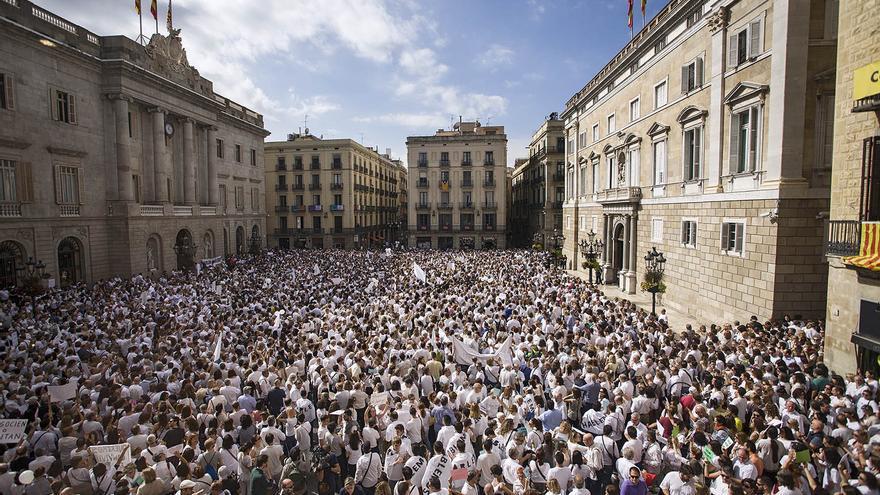 Centenares de personas llenan la plaza de Sant Jaume de Barcelona vestidas de blanco para pedir diálogo