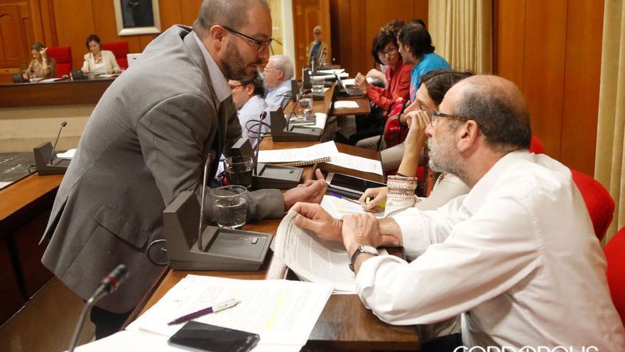 Concejales de Ganemos y del PSOE antes de un Pleno   MADERO CUBERO