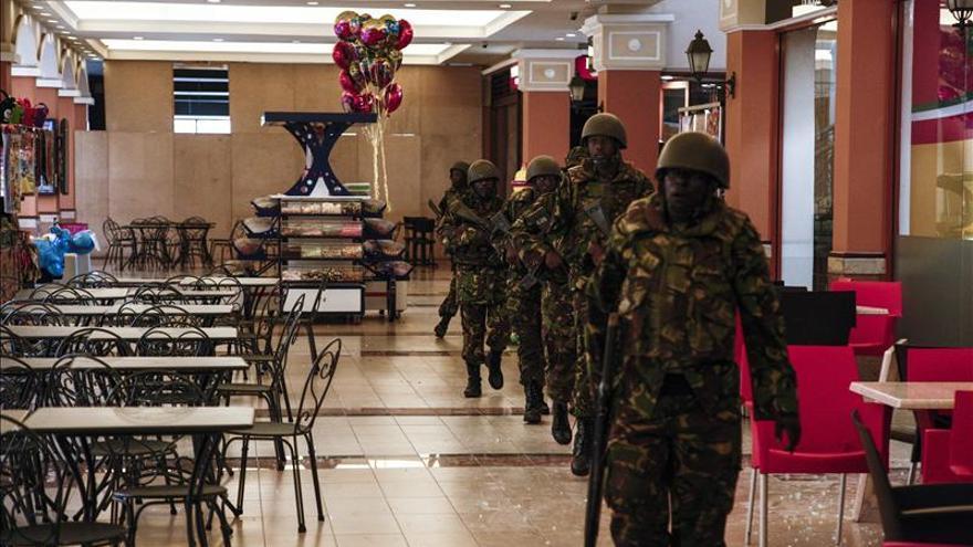 Media docena de vehículos de combate desplegados en el centro comercial de Nairobi