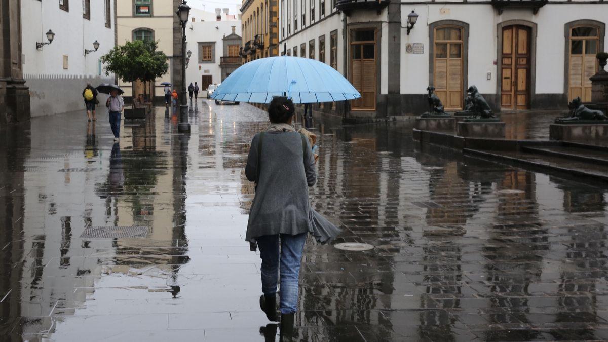 Una mujer pasea con un paraguas por Las Palmas de Gran Canaria