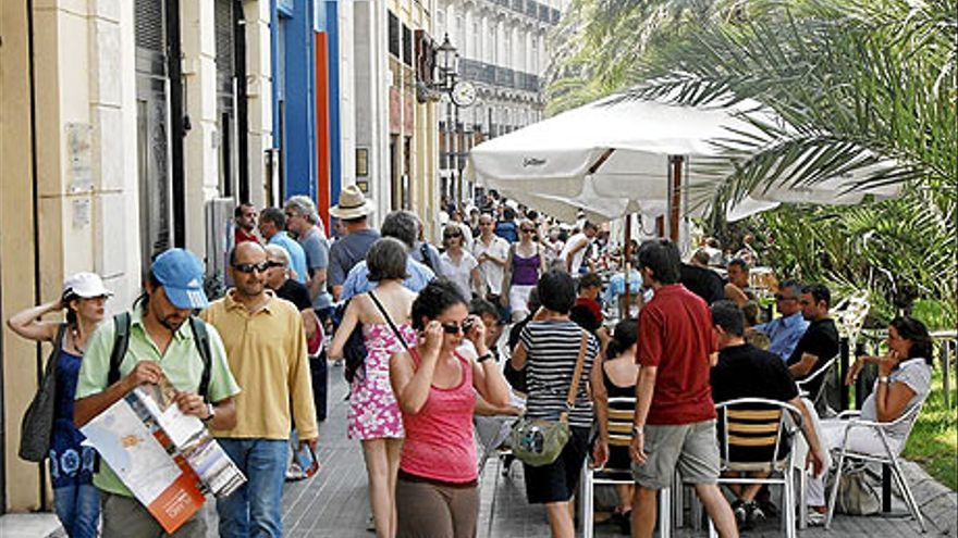 Turistas en la Plaza de la Reina de Valencia.