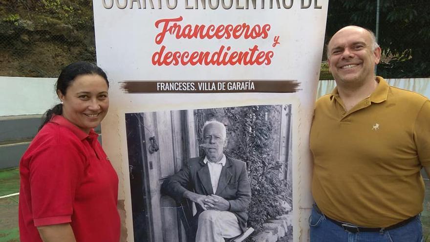 Carmen Brito y Fran Ferraz junto al cartel del encuentro.