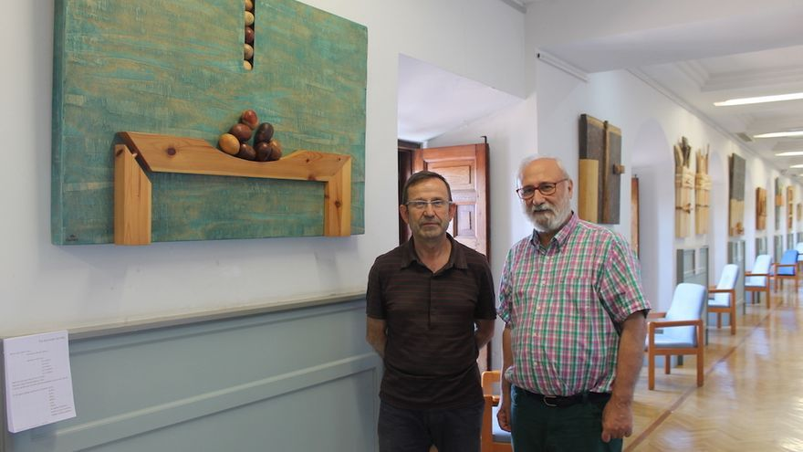 El escultor Marcelo Díaz junto a Juan Sánchez director de la Biblioteca. FOTO: Biblioteca regional