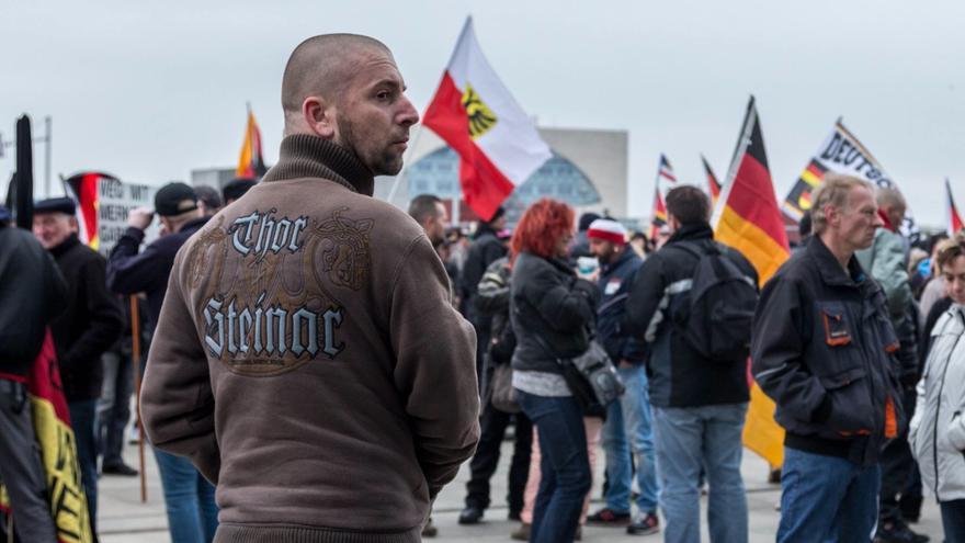 """Manifestante con ropa de la marca Thor Steinar, que se relaciona con la extrema derecha y los neonazis, durante la manifestación """"Merkel tiene que irse"""""""