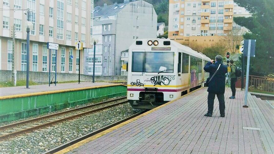 Tren llegando a la estación de Viveiro