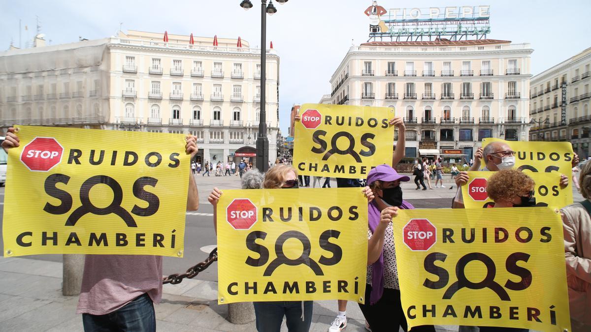 Manifestación de asociaciones de vecinos de Chamberí, distrito en el que se ubica la calle Ponzano, en la Puerta del Sol para exigir a la Comunidad de Madrid más restricciones en la hostelería.