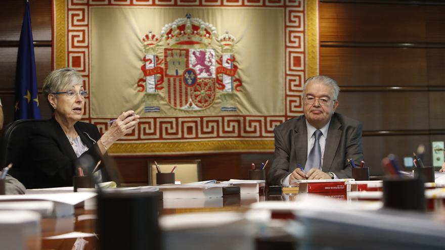 El presidente y la vicepresidenta del Tribunal Constitucional (TC), Juan José González Rivas y Encarnación Roca, durante un pleno del tribunal