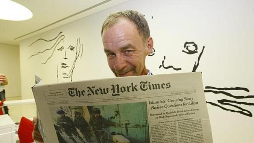 David Carr, leyendo su periódico favorito