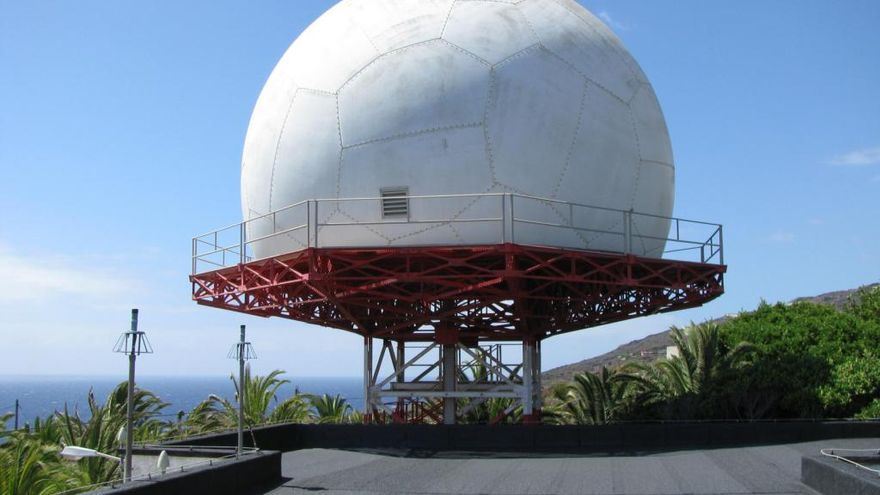 El radar secundario de vigilancia es un sistema que realiza una petición de información a través de una señal de radio a una determinada frecuencia que recibe el avión.