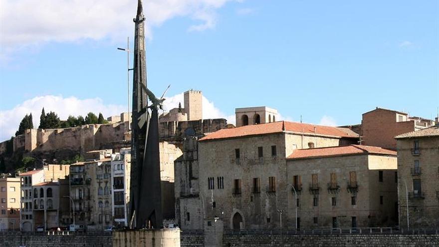 Tortosa vota por mantener el monumento franquista en medio del Ebro